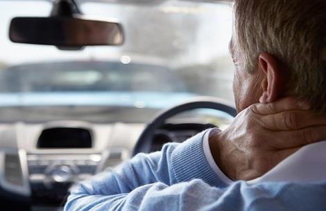 man grijpt naar nek na ongeluk